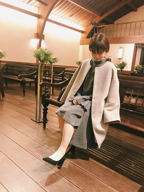 グレーのドレス×ノーカラーコート