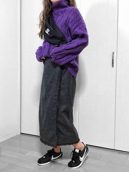 紫タートルネックのコーデ写真