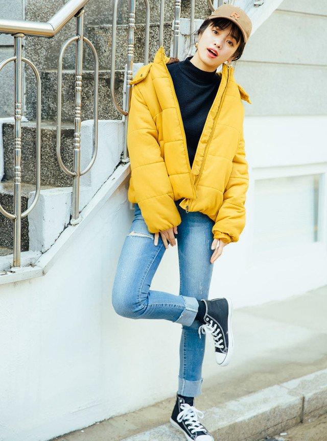 黄色のダウンジャケット デニムジーンズ キャップ帽