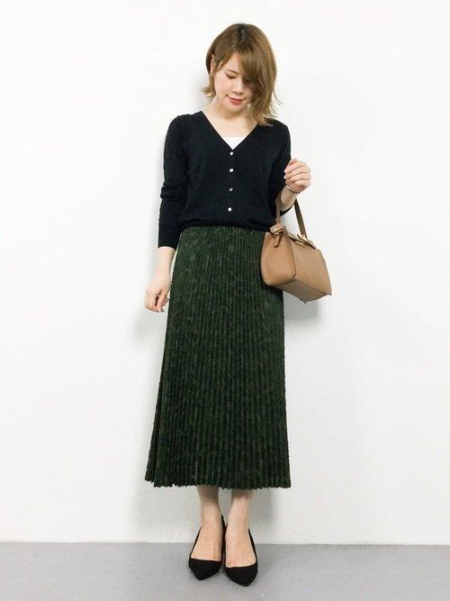 黒カーディガン×グリーンのプリーツスカートコーデ