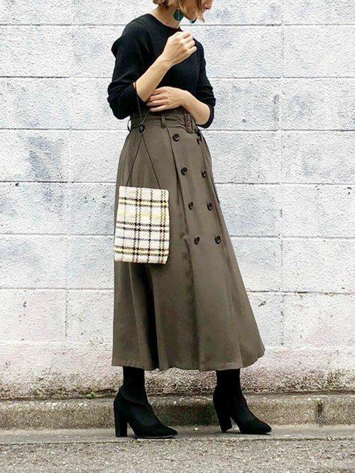 黒トップス×グリーンのフレアスカートコーデ