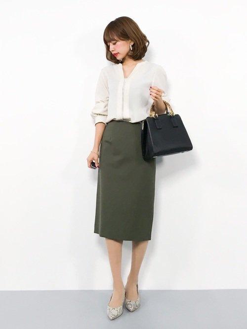 白シャツ×グリーンタイトスカートコーデ