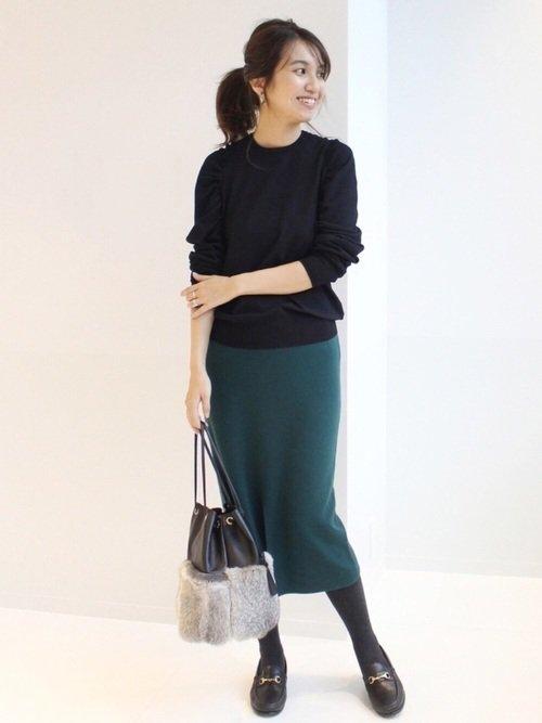 黒トップス×グリーンタイトスカートコーデ