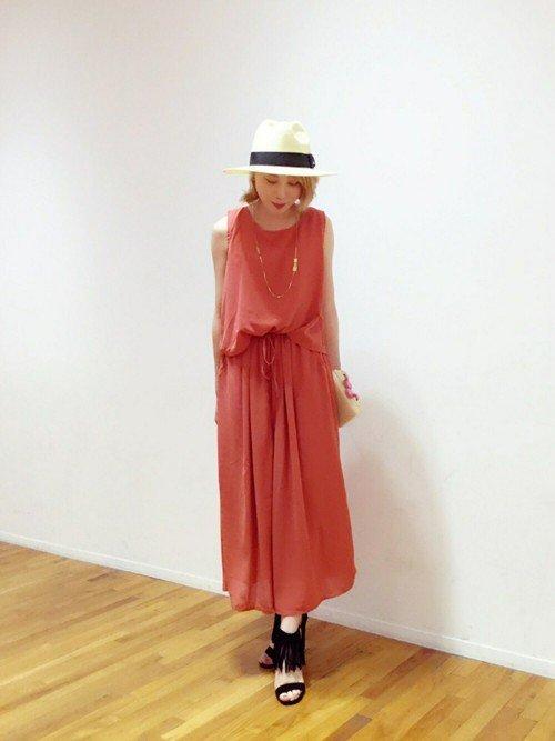 赤いオールインワンスカート 中折ハット
