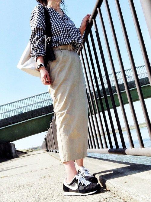 チノスカートと襟抜きシャツのコーデ写真
