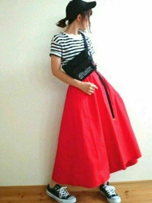 赤の地のスカートのコーデ写真