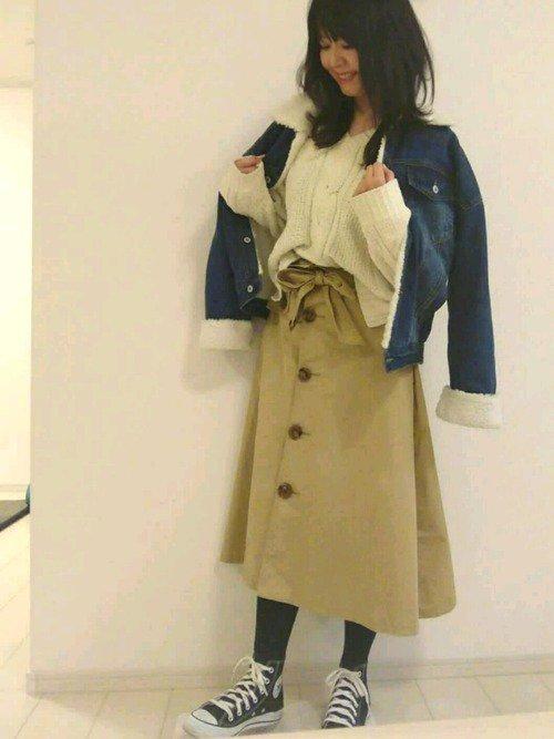 デニムのボアジャケットとチノスカートのコーデ写真