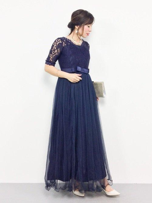 二次会用の髪型が映える青のマキシ丈ドレス