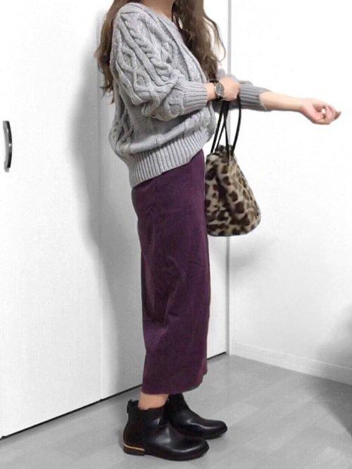グレーのニットセーター 紫のロングタイトスカート