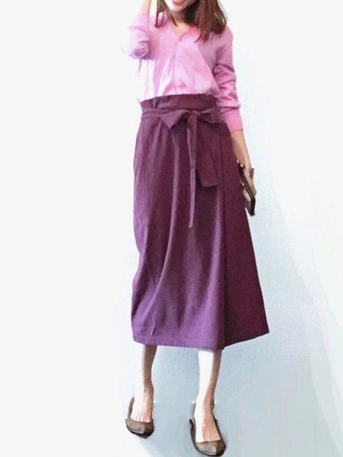 ピンクのカーディガン 紫のロングタイトスカート