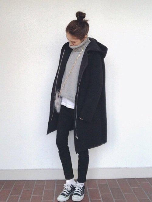 グレーのニット 黒のコート 黒のパンツ