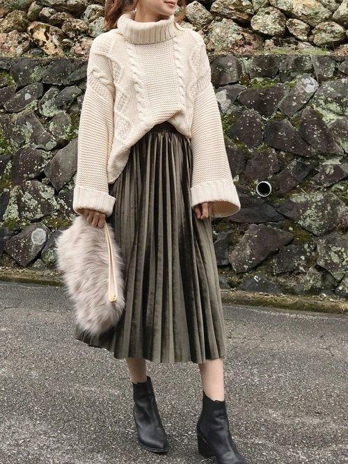 白のケーブルニットセーター プリーツスカート ファークラッチバッグ