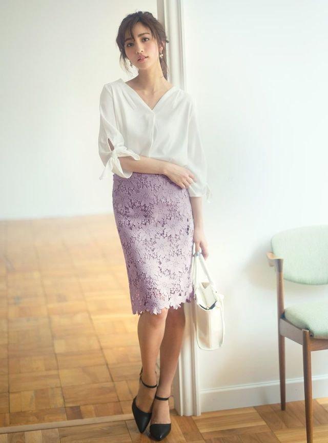 白のとろみシャツ ラベンダー色タイトスカート