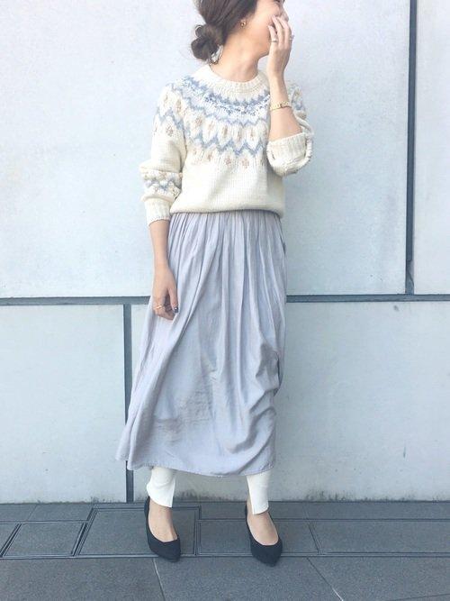 ブルーグレーのロングスカート 白のレギンス ニットセーター