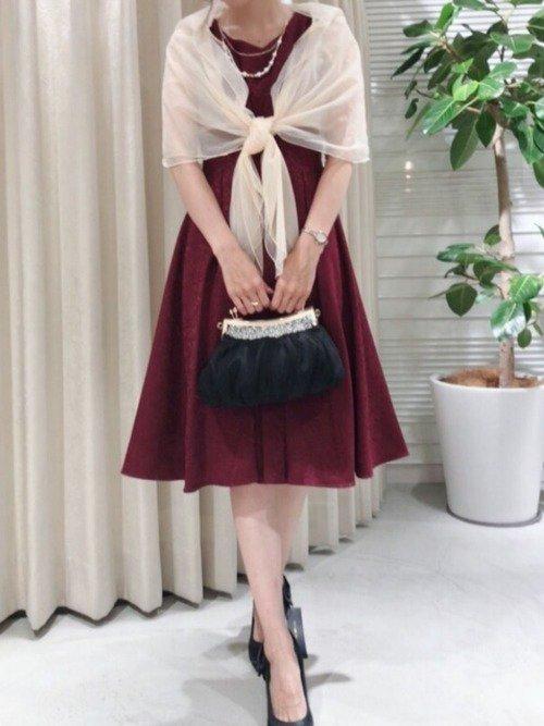 フレンチレストランに着て行きたい、ショールをまとった赤いドレス