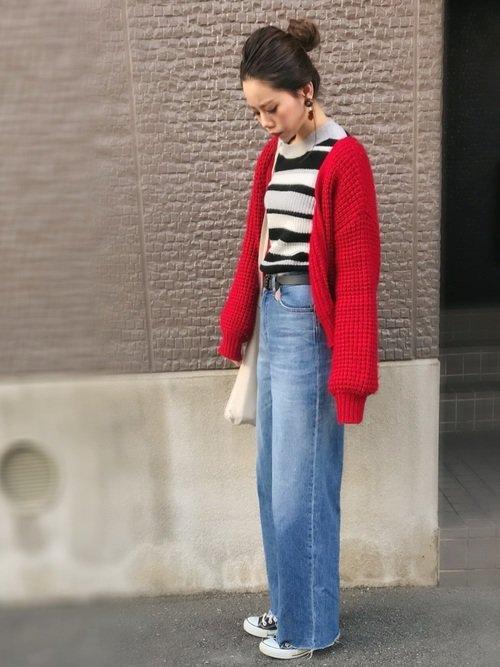 赤カーディガンを着用している女性の写真