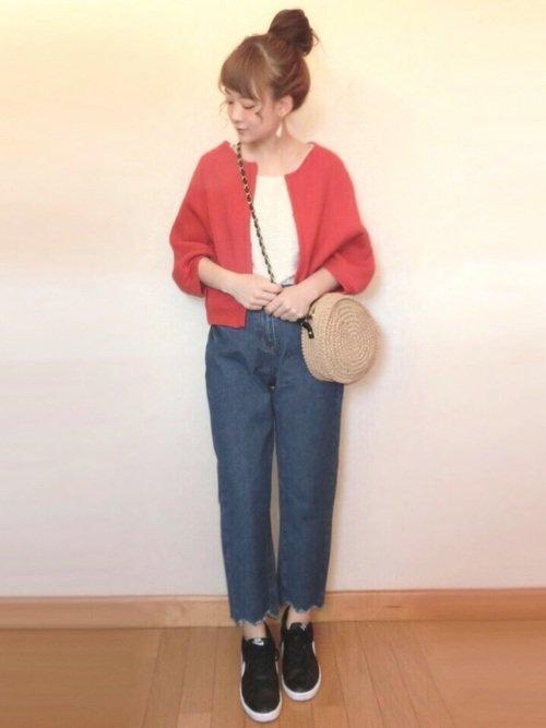 春夏の丸襟の赤カーディガンのコーディネートの写真